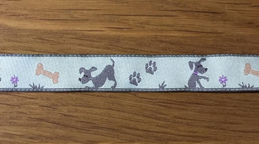 Ajani - hellblau mit grauen Hunden